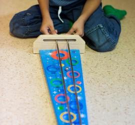 Bild på barn som leker med kulspel.