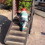 bild på barn som klättrar upp på en rutchkana